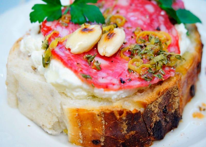 Брускетта с маринованной салями рецепт фото