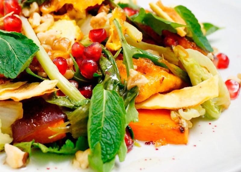 Теплый зеленый салат с сыром фото