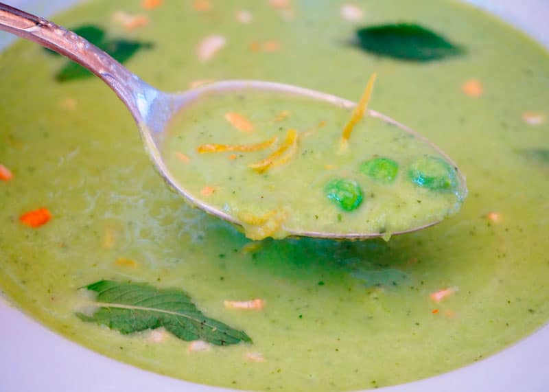 Холодный суп из зеленого горошка и огурцов фото
