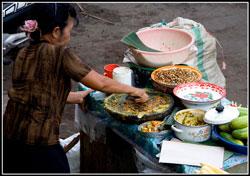 Индонезийка перетирает специи фото