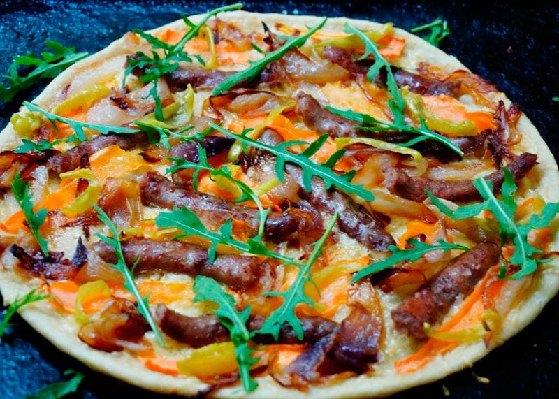 Пицца с итальянскими колбасками фото