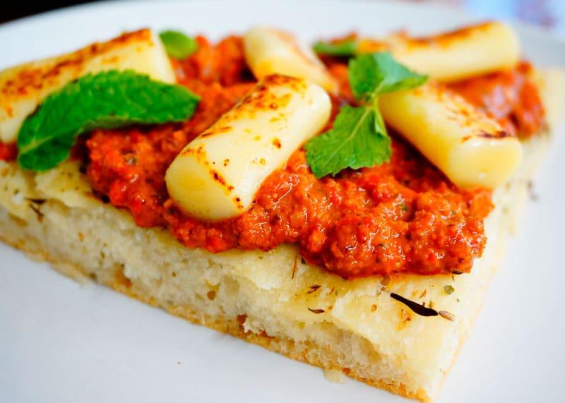 Белая пицца с соусом мухаммара рецепт приготовления фото