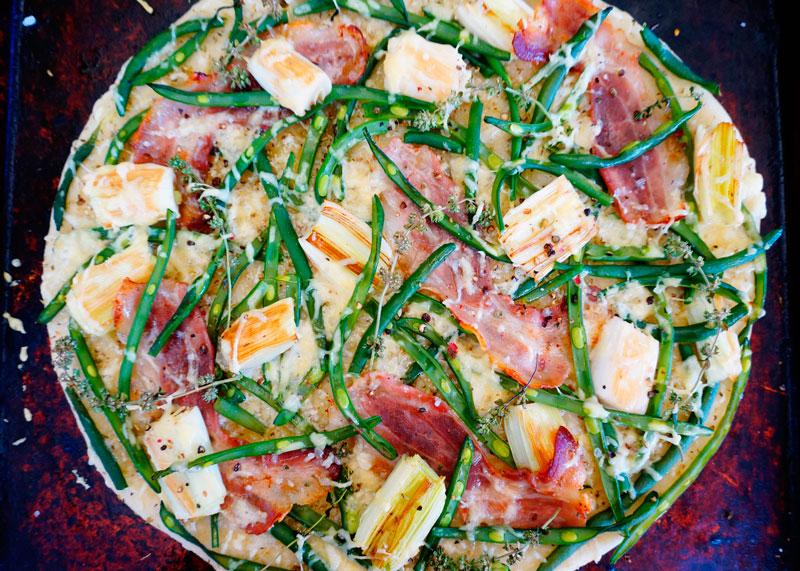 Деревенская пицца с зеленой фасолью фото