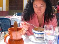 Испанка ест гаспачо фото