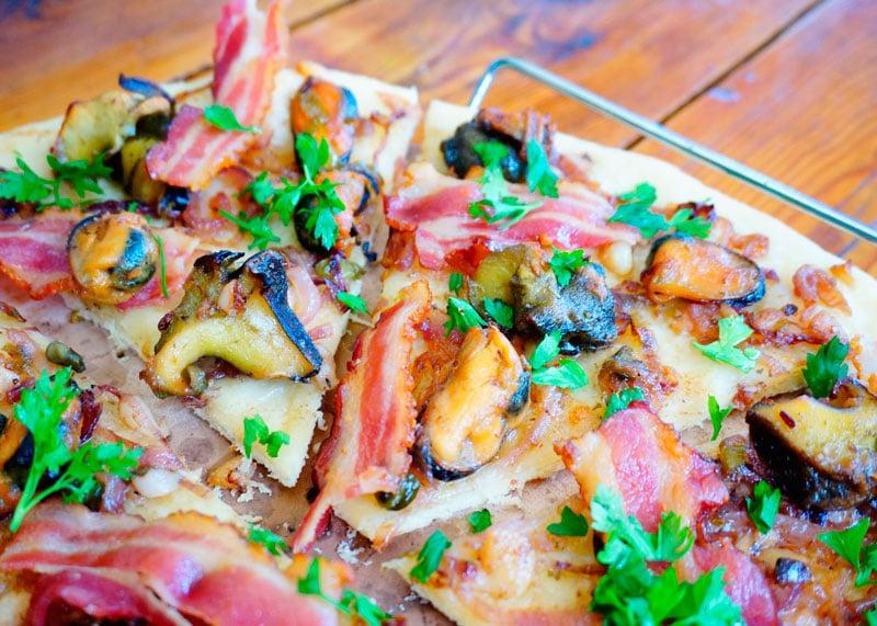 Пицца с моллюсками и беконом фото
