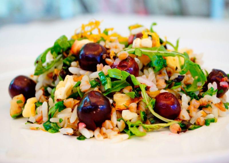 Салат из риса и гречки с рукколой фото