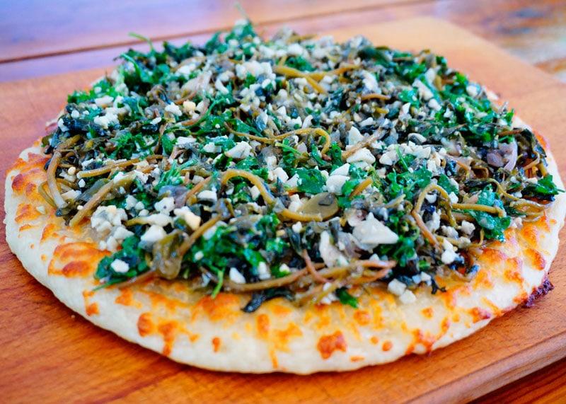 Зеленая и белая пицца фото