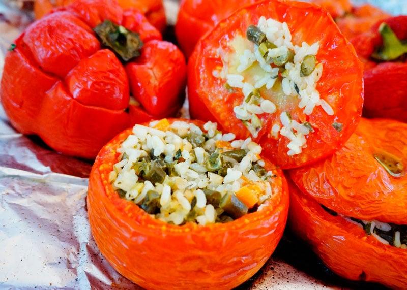 Сладкие перцы и помидоры, фаршированные рисом фото