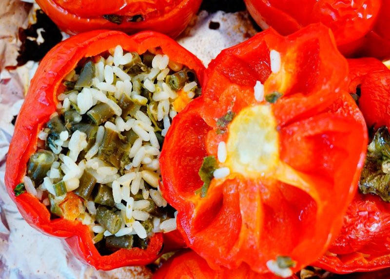 Сладкие перцы и помидоры, фаршированные рисом рецепт фото