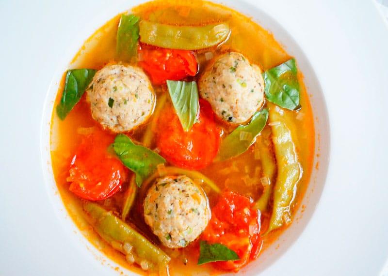 Томатный суп с куриными полпетте фото