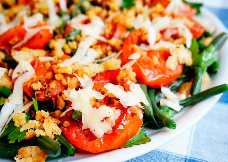 Зеленая фасоль с жареными помидорами фото