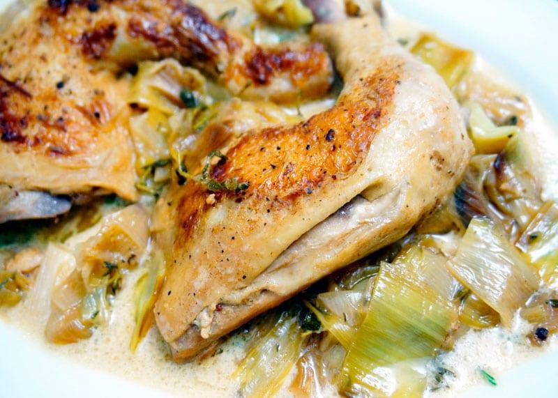 Цыпленок с луком пореем фото