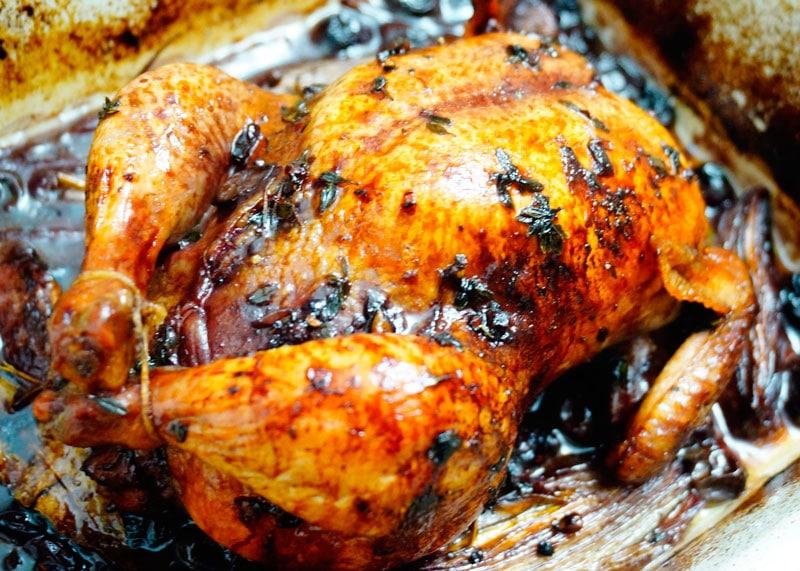 Цыпленок с начинкой из черного винограда фото