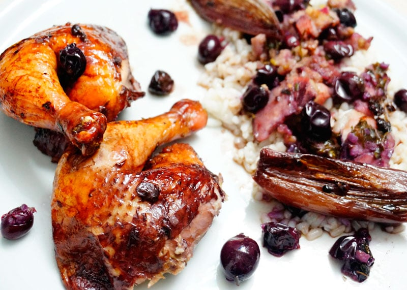 Рецепт Цыпленок с начинкой из черного винограда фото