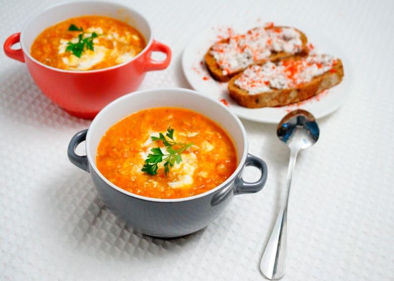 Чечевичный суп и тосты с каперсами приготовление фото