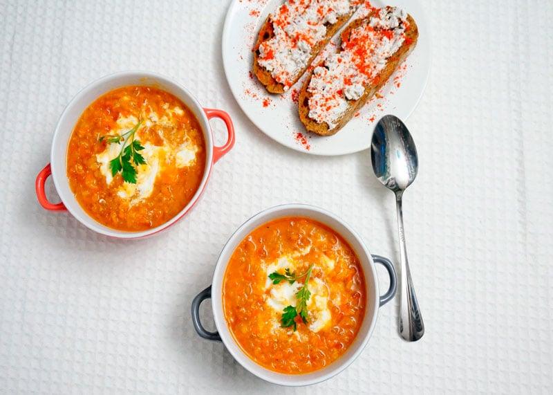 Чечевичный суп и тосты с каперсами фото