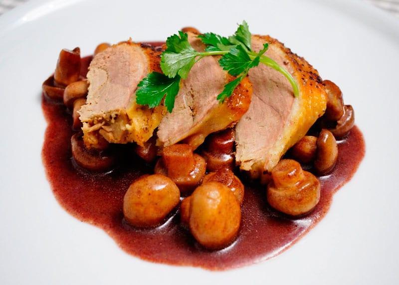 Утиная грудка в соусе из красного вина с грибами рецепт фото
