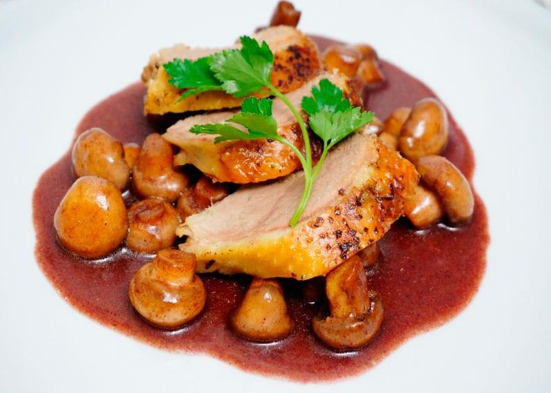 Утиная грудка в соусе из красного вина с грибами приготовление фото