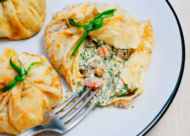 Блинчики с маринованным лососем и заправкой рецепт фото