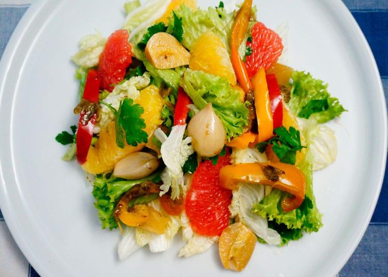 Пикантный салат из латука и капусты фото