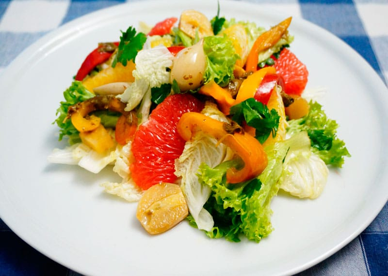 Пикантный салат из латука и капусты приготовление фото