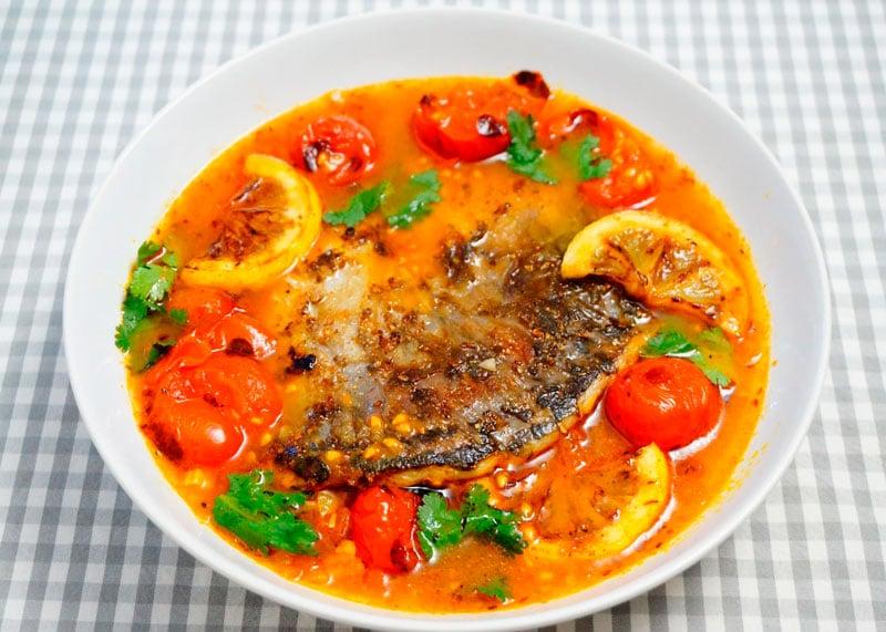 Жареная рыба с пикантной юшкой фото