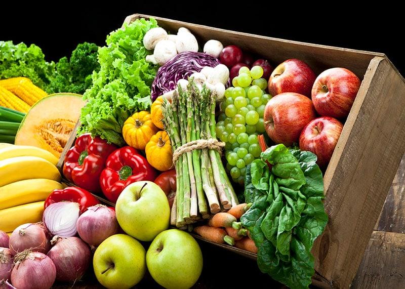 Коробка с овощами и фруктами фото