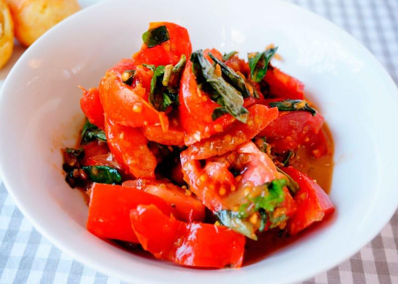 Маленький помидорный салат фото