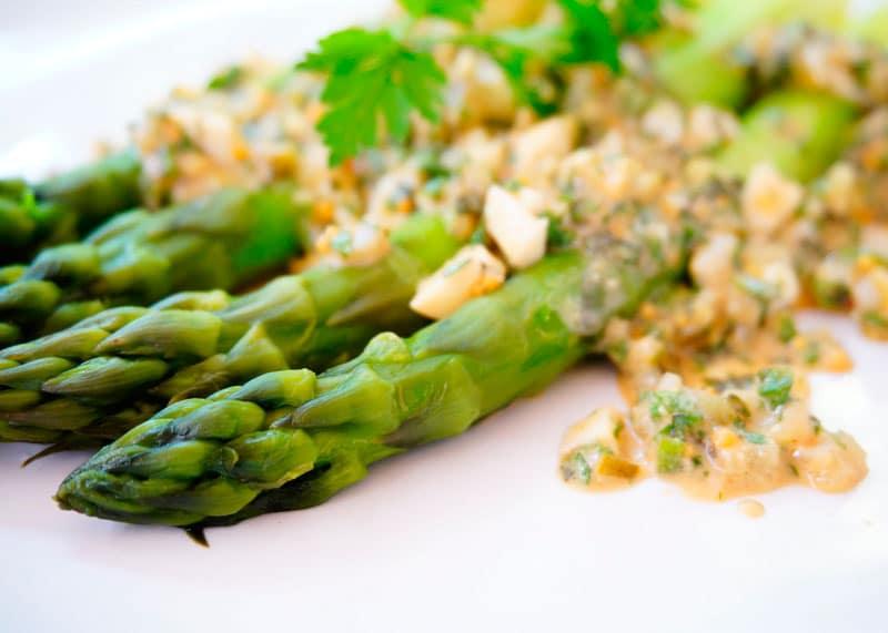 Зеленая спаржа с соусом грибиш рецепт фото
