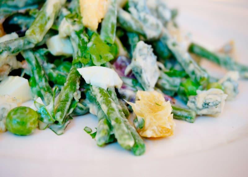 Зеленые овощи под чесночным соусом фото