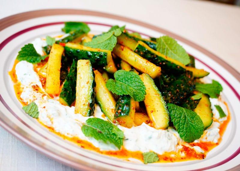 Пикантный огуречный салат рецепт фото